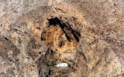 Το εκκλησάκι στο Μέσα Βουνό που δύσκολα εντοπίζεις στα βράχια - Φωτογραφία 2