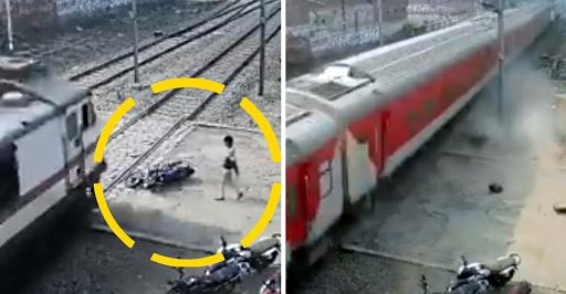 Η μοτοσυκλέτα διαλύεται  ο αναβατής σώζεται δευτερόλεπτα πριν το πέρασμα του τρένου. Βίντεο. - Φωτογραφία 1