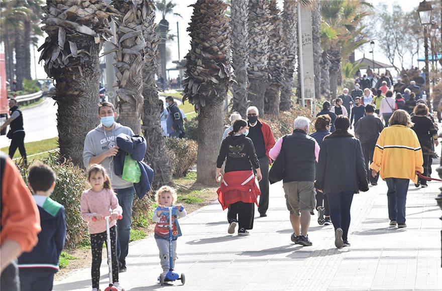 Lockdown: Άδειασε η Ερμού, πήραν τις παραλίες οι Αθηναίοι - Φωτογραφία 13