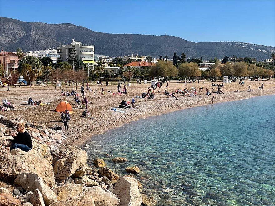 Lockdown: Άδειασε η Ερμού, πήραν τις παραλίες οι Αθηναίοι - Φωτογραφία 17