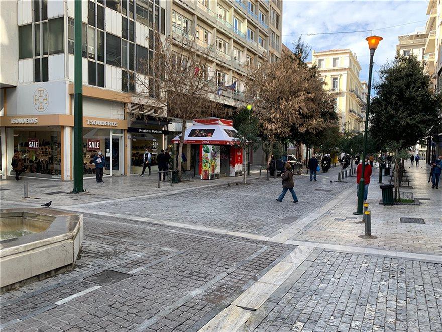 Lockdown: Άδειασε η Ερμού, πήραν τις παραλίες οι Αθηναίοι - Φωτογραφία 5
