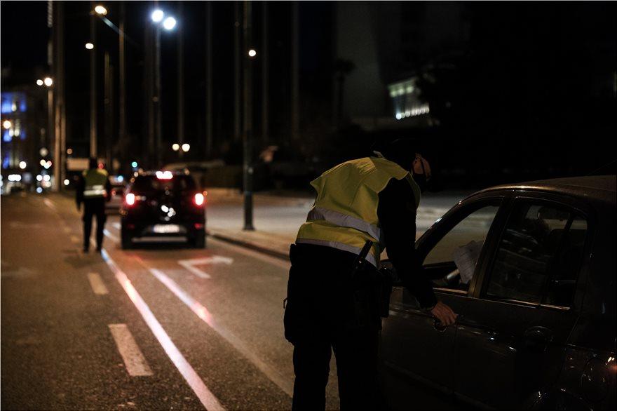 Lockdown: Ερήμωσαν Αθήνα και Θεσσαλονίκη - Σε ισχύ η απαγόρευση κυκλοφορίας με αυστηρούς ελέγχους - Φωτογραφία 7