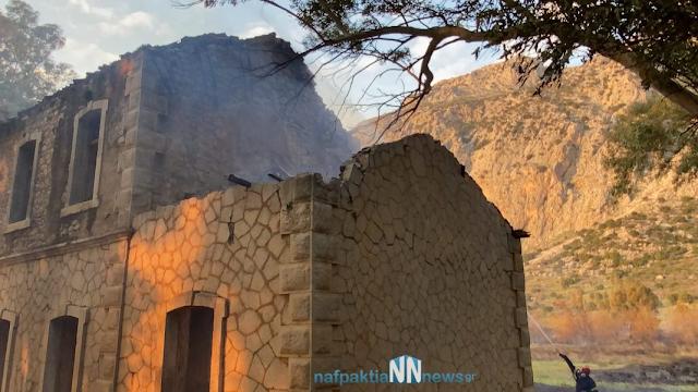 Ναυπακτία – Κρυονέρι: Κάηκε σκεπή από παλιό σταθμό του ΟΣΕ – Απειλήθηκαν σπίτια από την μεγάλη φωτιά. Εικόνες και βίντεο. - Φωτογραφία 1