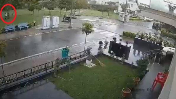 Σοκαριστικό: Κεραυνοβολήθηκαν τέσσερις άνθρωποι  - Νεκρός ο ένας (Video) - Φωτογραφία 1