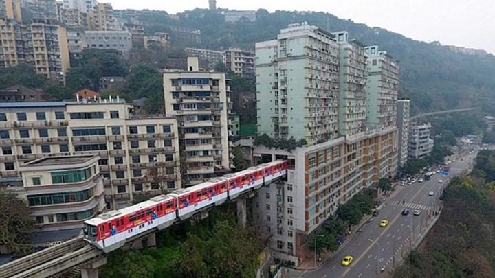Κίνα: Τρένο περνά μέσα από πολυκατοικία. - Φωτογραφία 1