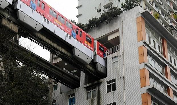 Κίνα: Τρένο περνά μέσα από πολυκατοικία. - Φωτογραφία 3