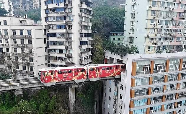 Κίνα: Τρένο περνά μέσα από πολυκατοικία. - Φωτογραφία 4