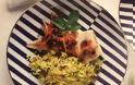Υγιεινές συνταγές από τον σεφ Παναγιώτη Μουτσόπουλο: Μπακαλιάρος με καραμελωμένα κρεμμύδια και σταφίδες στο φούρνο με ρύζι μπασμάτι, με κουρκουμά, κουκουνάρι και δυόσμο