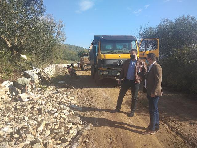 Συμβαίνει τώρα: Ξεκίνησαν εργασίες ανακατασκευής του επαρχιακού δρόμου Βαλόστρατο - Παλαιομάνινα - Φωτογραφία 1