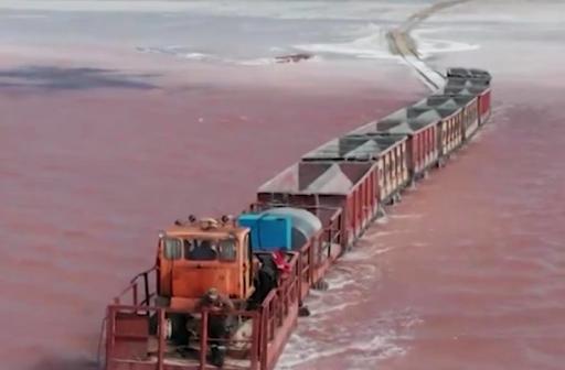 Ένα τρένο διασχίζει τη λίμνη! Οφθαλμαπάτη ή αλήθεια; Η λίμνη της Σιβηρίας που αλλάζει χρώμα το καλοκαίρι και φιλοξενεί τη γαρίδα με τα 3 μάτια... - Φωτογραφία 1