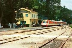 Οι σιδηροδρομικές γραμμές «διχάζουν» τον Πλαταμώνα.