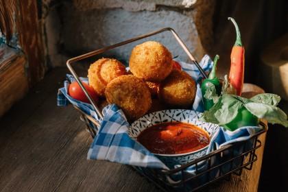 #Μένουμε_στο_σπίτι_Μαγειρεύουμε_στο_σπίτι: Κροκέτες ρυζιού γεμιστές με καπνιστό τυρί Βερμίου και πικάντικη σάλτσα ντομάτας - Φωτογραφία 1