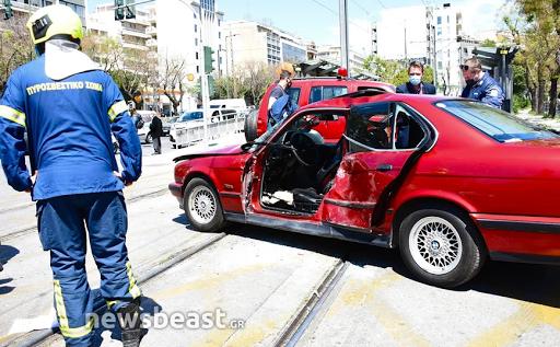 Σύγκρουση αυτοκινήτου με τραμ στο Νέο Κόσμο: Απεγκλωβίστηκε ένας ηλικιωμένος. - Φωτογραφία 1