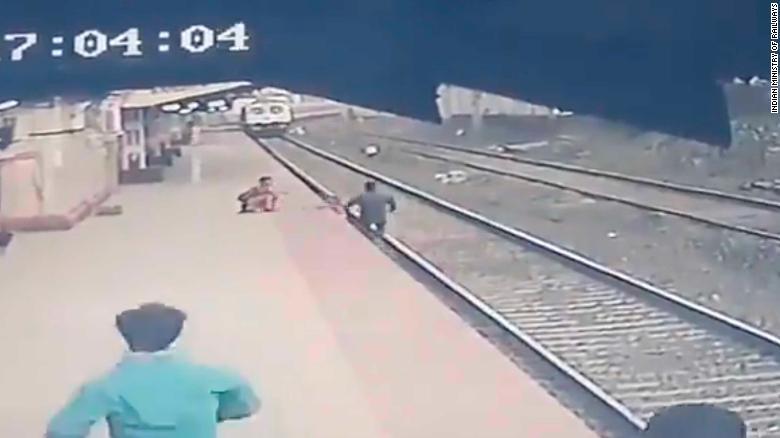 Ινδία : Σιδηροδρομικός υπάλληλος πέφτει στις ράγες για να σώσει παιδί από διερχόμενο τρένο. Βίντεο. - Φωτογραφία 1