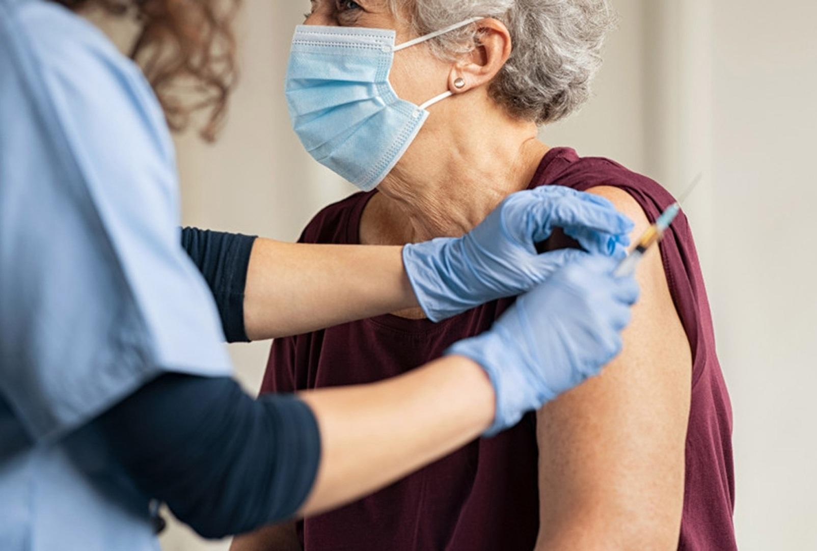 Εμβολιασμός κατ' οίκον για τους κατάκοιτους πολίτες με Johnson & Johnson - Φωτογραφία 1