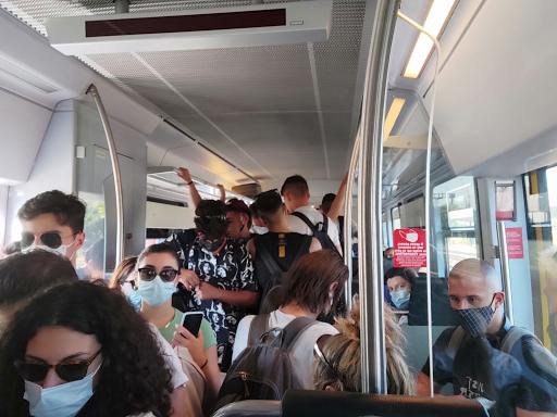 Λάρισα: Απίστευτος συνωστισμός σε δρομολόγιο του προαστιακού σιδηροδρόμου. - Φωτογραφία 1