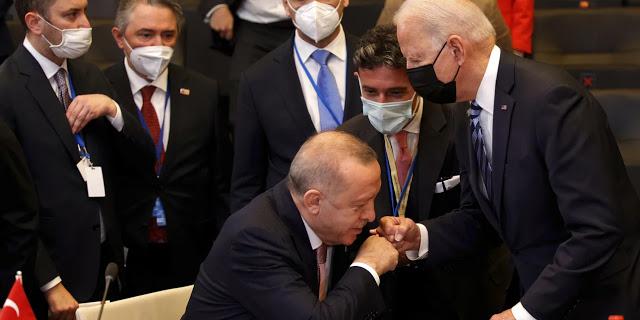 Ο χαιρετισμός σαν χειροφίλημα Ερντογάν σε Μπάιντεν - Διαλλακτικός και υπέρ του διαλόγου για τα ελληνοτουρκικά - Φωτογραφία 1