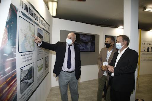 Ο Υπουργός Υποδομών και Μεταφορών Κ. Καραμανλής  στο περίπτερο του ΟΣΕΘ στη ΔΕΘ - Φωτογραφία 1