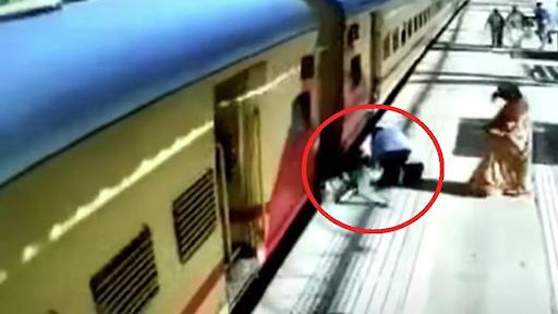 Γιαγιά πέφτει στο κενό ανάμεσα στην αποβάθρα και το κινούμενο τρένο - Βίντεο.