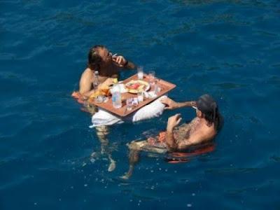 Ουζάκι και μεζές... μέσα στη θάλασσα! Δείτε τη φωτογραφία - Φωτογραφία 2