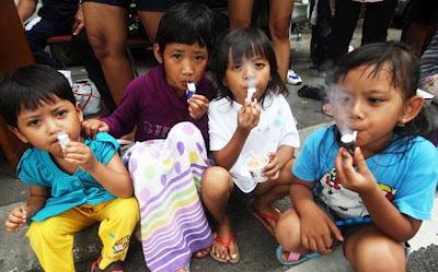 Τρίχρονοι «καπνιστές» στην Ινδονησία - Φωτογραφία 1