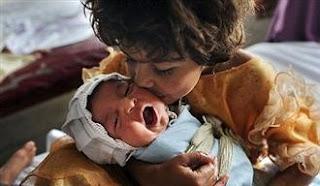 Έθαψε ζωντανό το νεογέννητο κοριτσάκι του επειδή ήταν παραμορφωμένο σωματικά - Φωτογραφία 1