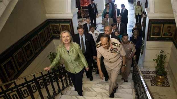 Αίγυπτος: Με παπούτσια και ντομάτες «υποδέχτηκαν» τη Χίλαρι Κλίντον - Φωτογραφία 1