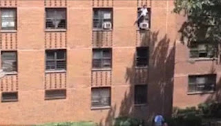 Έπιασε στον αέρα κοριτσάκι που έπεσε από μπαλκόνι! [ΒΙΝΤΕΟ] - Φωτογραφία 1