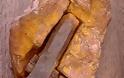 Σφυρί μέσα σε βράχο 75 εκατομμυρίων ετών.