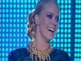 Παραλίγο να πέσει στην έναρξη του Dancing η Ζέτα Μακρυπούλια: - Δείτε το βίντεο - Φωτογραφία 1