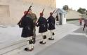 Συγκλονιστικό βίντεο!Δεκάδες νέοι ψάλλουν τα χριστουγεννιάτικα κάλαντα στους Εύζωνες στο Σύνταγμα!!!