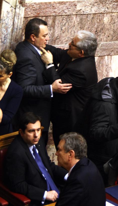 Ο Τζαβάρας στρίμωξε τον Στυλιανίδη στον τοίχο μέσα στη Βουλή και τον έπνιξε με την αγάπη του- Δείτε φωτο - Φωτογραφία 2