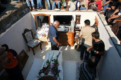 Τι θα μπορούσε να συνοδεύει μια μεγαλοτσιγγάνα στην τελευταία κατοικία - Τάφος γκαρσονιέρα - Φωτογραφία 3