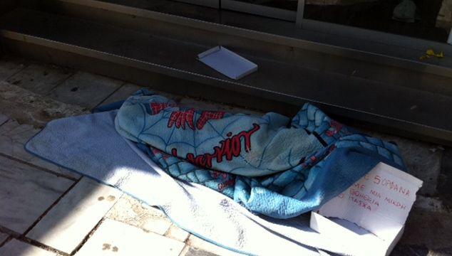 ΣΥΓΚΛΟΝΙΣΤΙΚΗ ΦΩΤΟ: Ζητιανεύει κάτω από τα σκεπάσματα - Φωτογραφία 2
