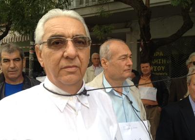 Συνταξιούχοι διαμαρτύρονται με θηλιές στο λαιμό έξω από τον Ι.Ν. Αγίου Δημητρίου - Φωτογραφία 2