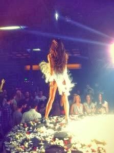 Το KAYΤΟ φόρεμα της ΠΑΟΛΑ με τα φτερά... που ΤΡΕΛΑΝΕ κόσμο χθες το βράδυ! - Φωτογραφία 2