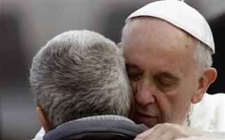 Ο πάπας Φραγκίσκος αγκάλιασε έναν άνδρα χωρίς πρόσωπο (Προσοχή σκληρές εικόνες) - Φωτογραφία 1