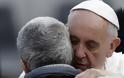 Ο πάπας Φραγκίσκος αγκάλιασε έναν άνδρα χωρίς πρόσωπο (Προσοχή σκληρές εικόνες) - Φωτογραφία 4