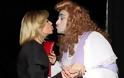 Κ. Καραβάτου: Ποια γυναίκα φίλησε στο στόμα μπροστά σε κόσμο; (Φωτογραφίες) - Φωτογραφία 2