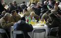 Eκατοντάδες άνθρωποι στο χριστουγεννιάτικο τραπέζι του δήμου Αθηναίων - Φωτογραφία 2