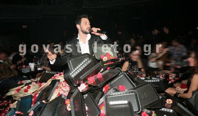 Μίλησε κανείς για κρίση; Δείτε ποιον τραγουδιστή έθαψαν στα λουλούδια! - Φωτογραφία 2