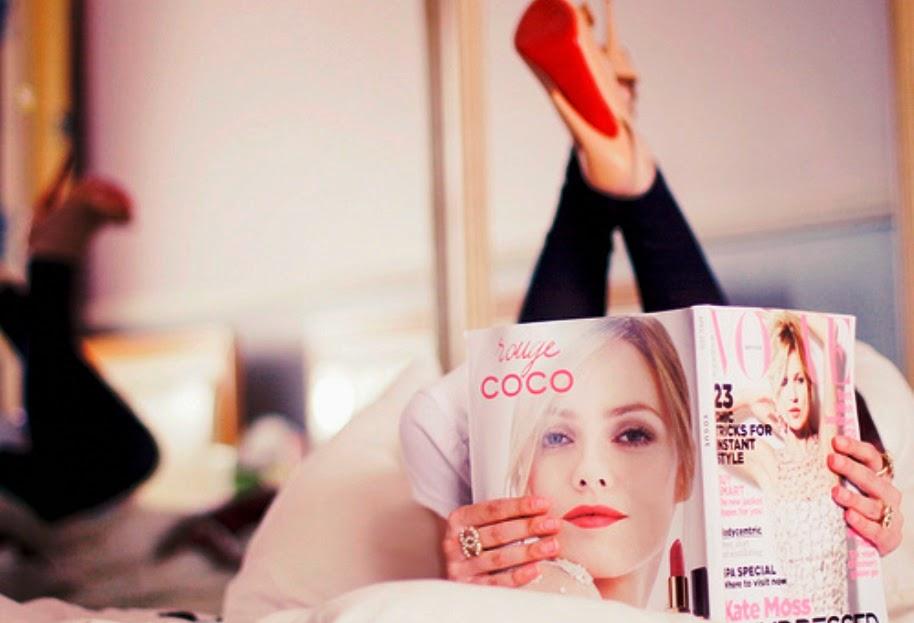 Девушка читает журнал к ней подходит ее парень