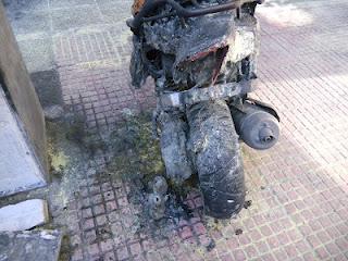 Κουκουλοφόροι έκαψαν με μολότωφ το μηχανάκι της ξανθιάς του Αγίου Παντελεήμονα - Φωτογραφία 2