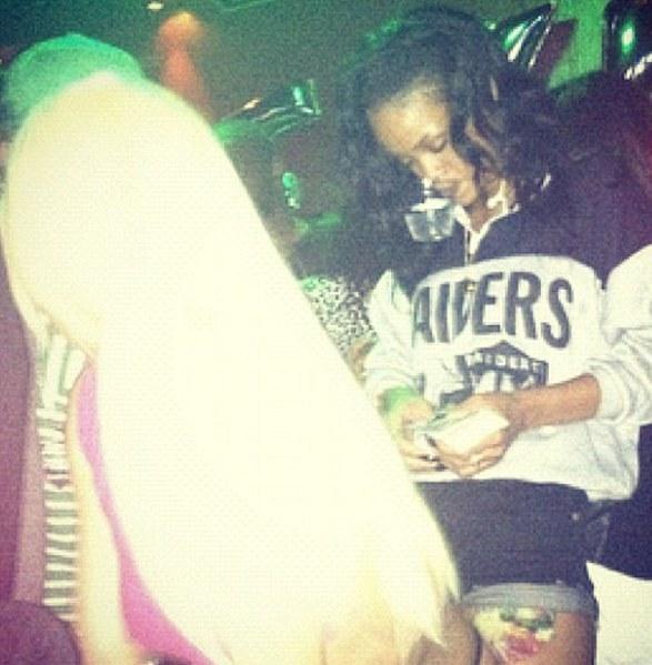Η Rihanna διασκεδάζει σε στριπτιτζάδικο - Φωτογραφία 2