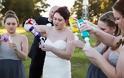 Όταν ο γαμπρός την παράτησε στα σκαλιά της εκκλησίας, αυτή η νύφη αποφάσισε να το διασκεδάσει [photos]