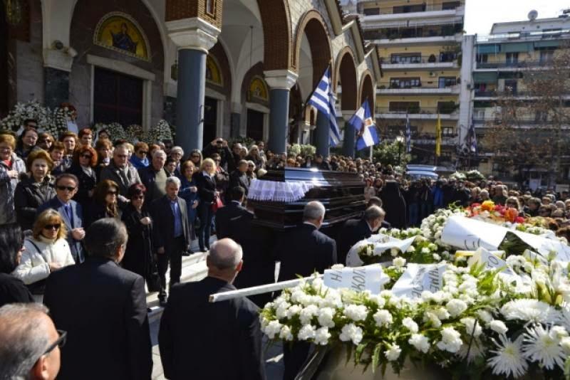 Συντετριμμένος ο Λάκης Λαζόπουλος στην κηδεία της μητέρας του [photos] - Φωτογραφία 2