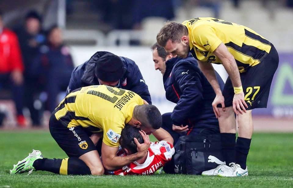 Η συγκλονιστική στιγμή του ντέρμπι: Ο Αραβίδης αγκαλιάζει τον Μανιάτη που σφαδάζει από τους πόνους - Φωτογραφία 2