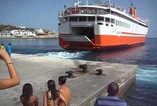 """Δείτε πως αποχαιρετά ο καπετάνιος του """"Αδαμάντιος Κοραής"""" τους κατοίκους και τους παραθεριστές στη Σίκινο [video] - Φωτογραφία 1"""