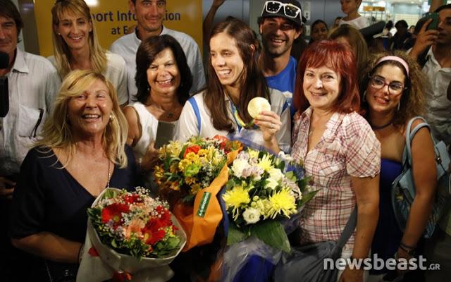 Τι δήλωσε η χρυσή Ολυμπιονίκης Κατερίνα Στεφανίδη φτάνοντας στην Αθήνα - Φωτογραφία 2