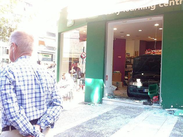 Απίστευτο! Ηλικιωμένη αντί να ξεπαρκάρει… έκανε όπισθεν και «μπούκαρε» σε κατάστημα στη Νέα Σμύρνη - Φωτογραφία 2